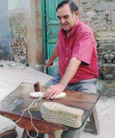 Ramón Pastor cosiendo alpargatas de yute